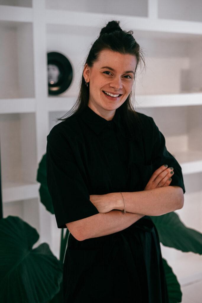 Een portret van Kayleigh van Proemeren, freelance content creator, social media marketeer en avonturier.